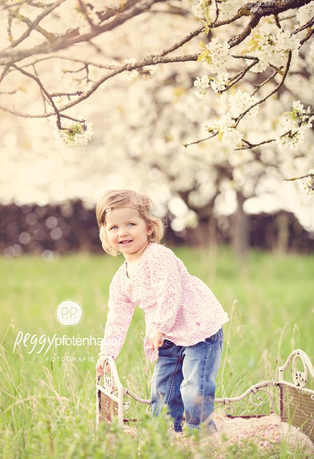 Kinderbilder in der Natur, natürliche Kinderfotos, natürliche Kinderbilder