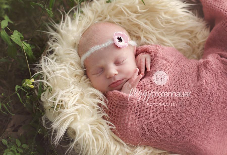Neugeborenenfotos im Freien, Neugeborenenfotos draußen, Babyfotograf Bamberg