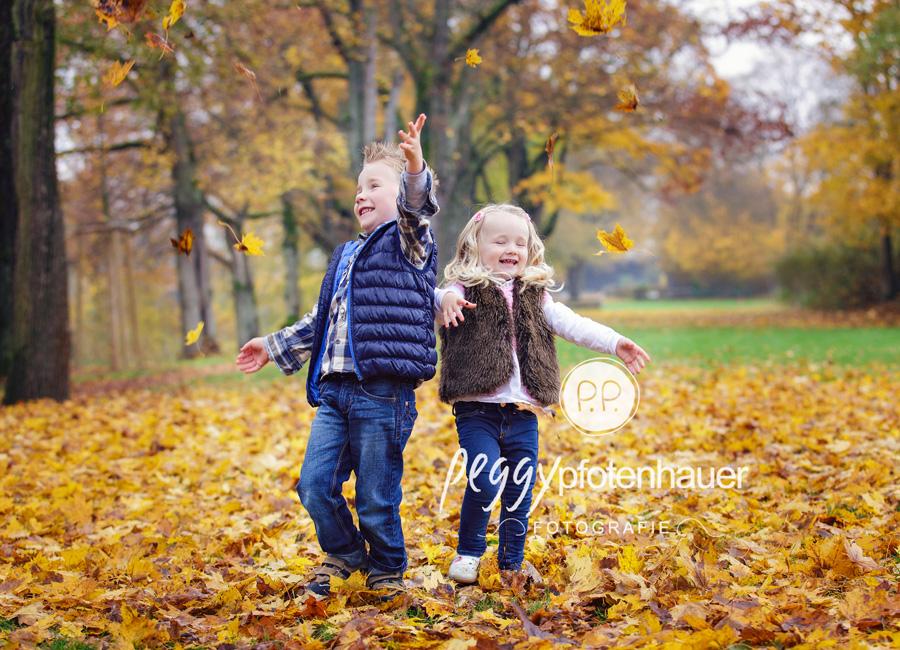 natürliche Geschwisterfotos Bamberg, Geschwisterfotografie Erlangen, herbstliche Kinderbilder, Kinderfotos im Herbst in Bamberg