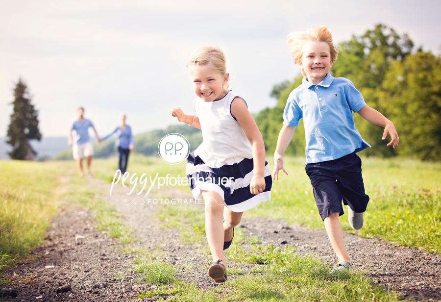 Familienfotografie Bayreuth, natürliche Kinderfotos, Kinderfotos in der Natur in Bayreuth, Kinderfotograf Bamberg, ungestellte Kinderbilder