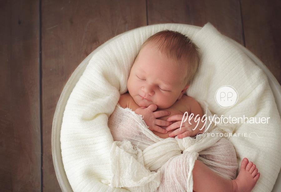 neugeboren in Schweinfurt, Babyfotograf Bamberg, Neugeborenenbilder nach amerikanischem Vorbild