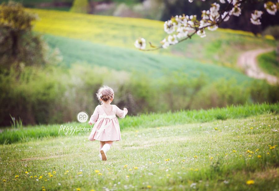 ungezwungene Kinderbilder, Kinderfotos in der Natur, Kinderportraits ganz ungestellt, Kinderfotograf Bamberg