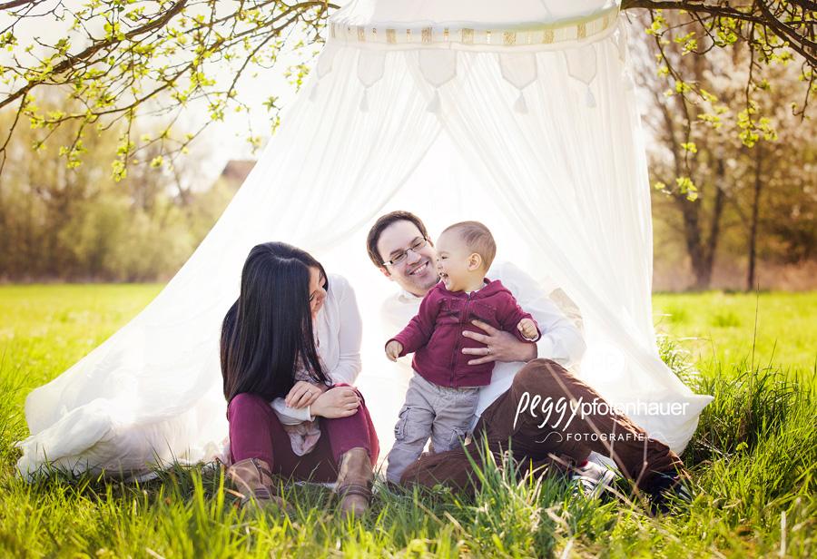 ungezwungene Familienbilder, Familienfotografie im Grünen, Familienfotos in der Natur bei Bamberg, Fotograf Bamberg