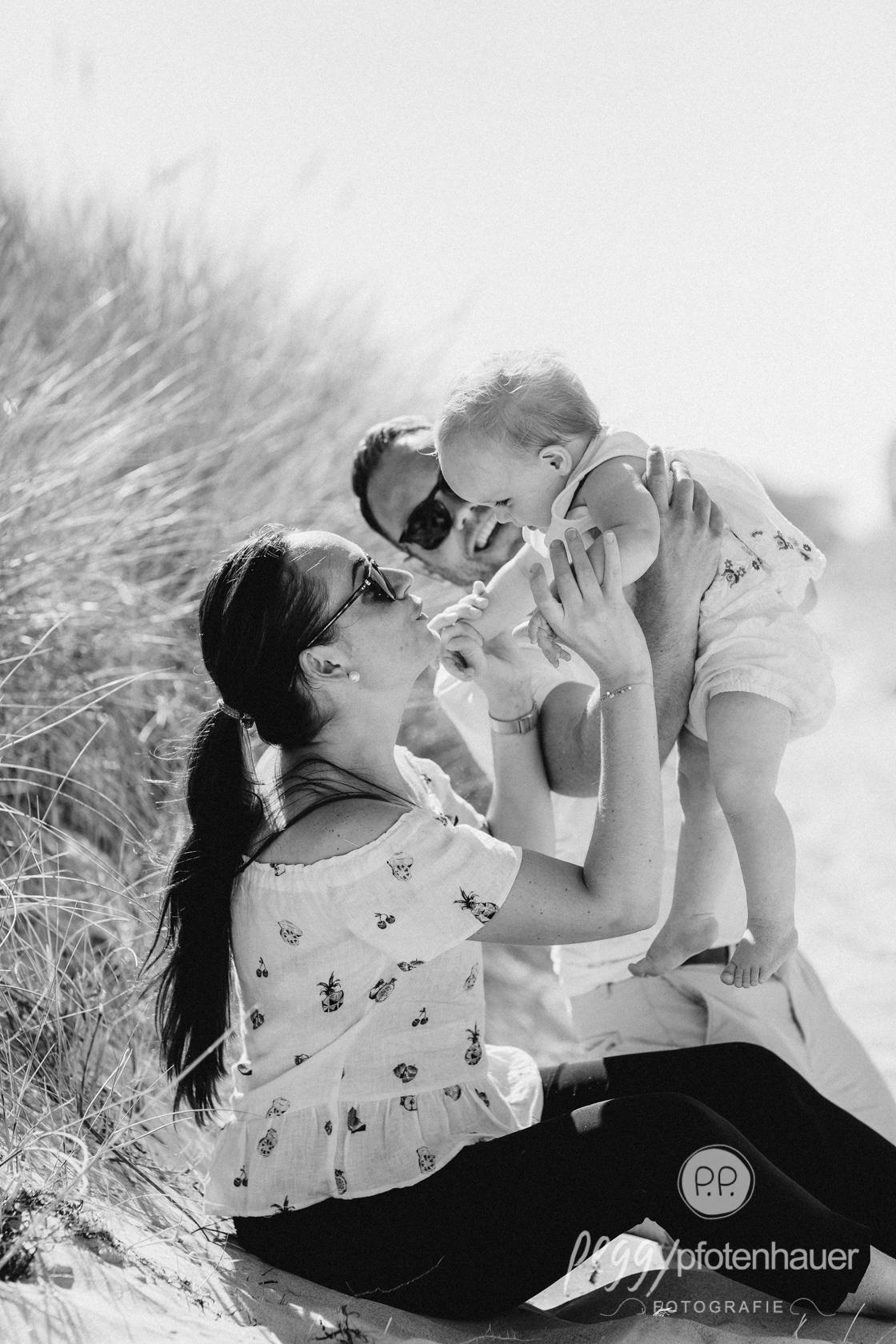 süße Familienmomente mit Baby