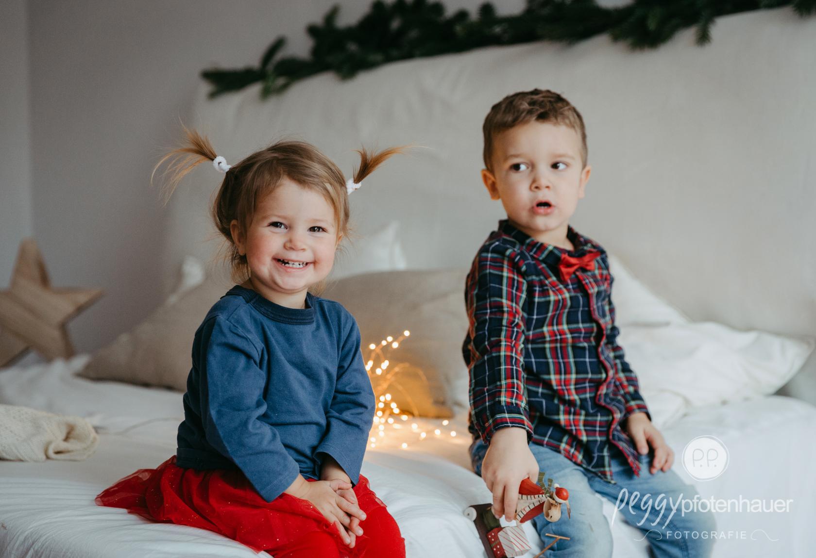 weihnachtliche Geschwisterbilder