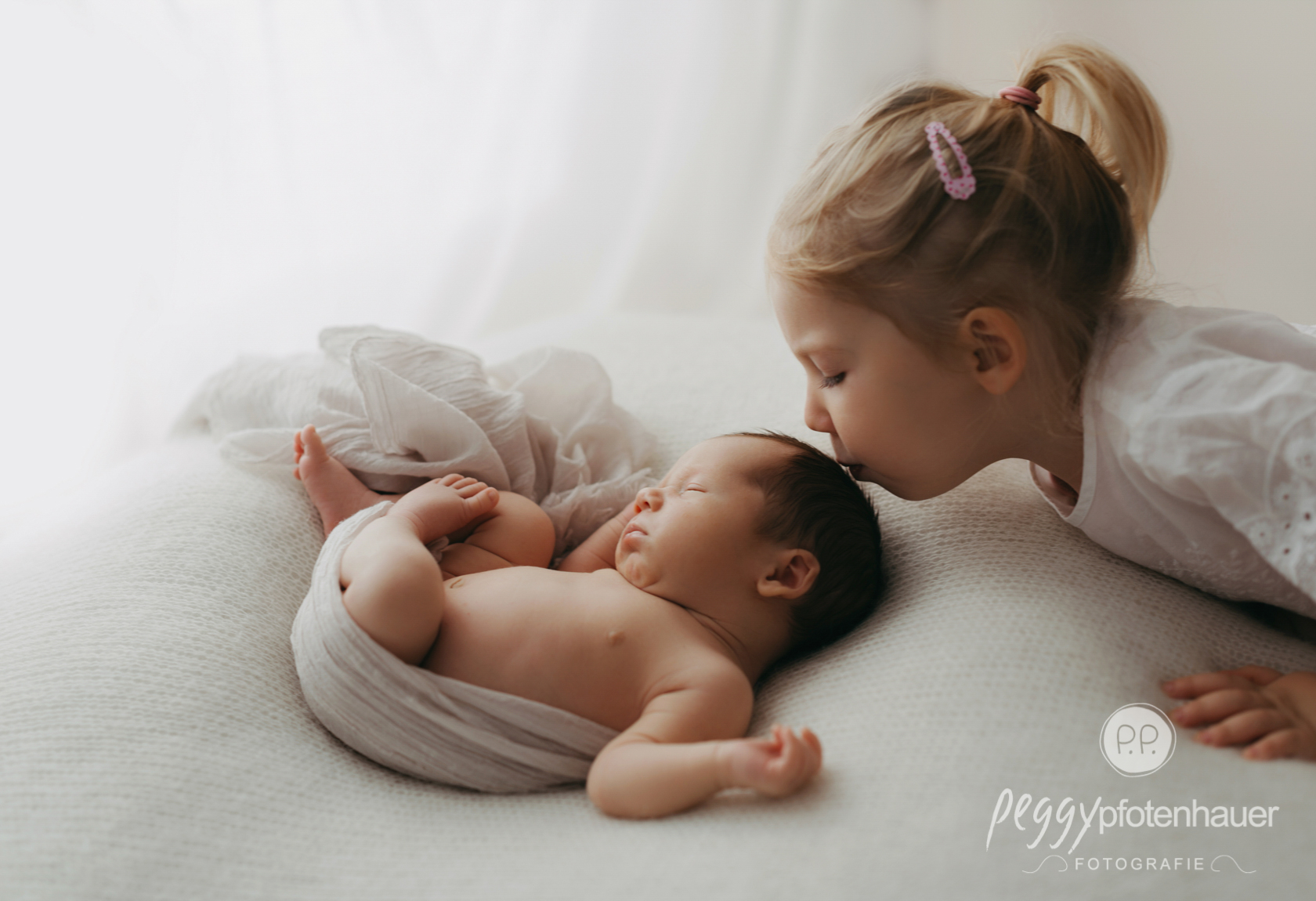 Neugeborenenbilder mit Geschwisterkindern