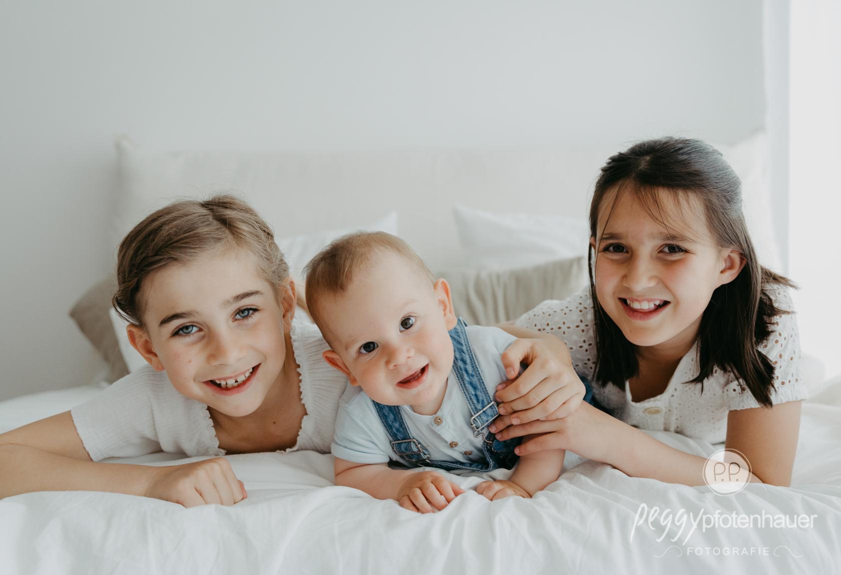 Geschwisterbilder im Fotostudio