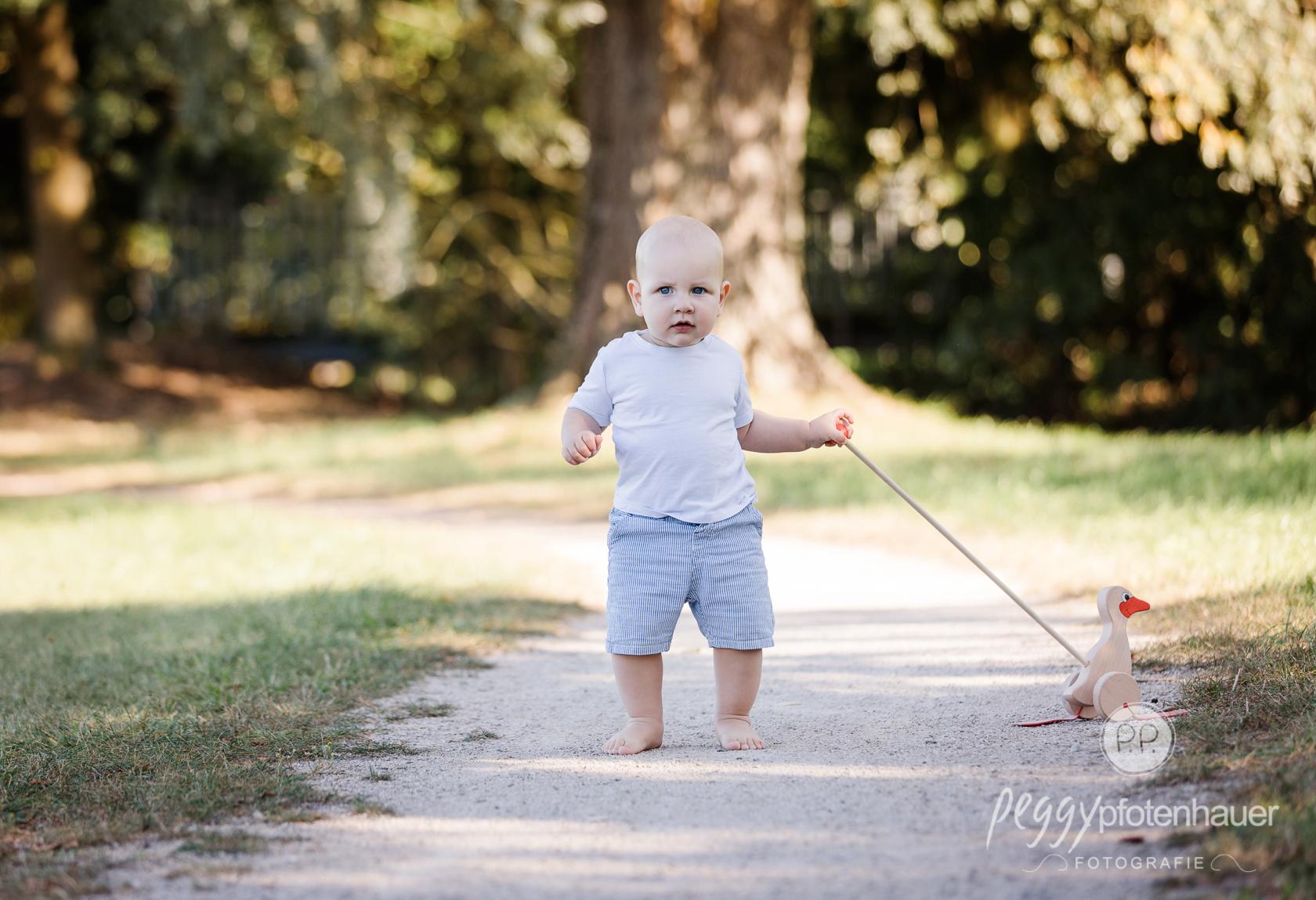 liebevolle Babyfotos im Sommer