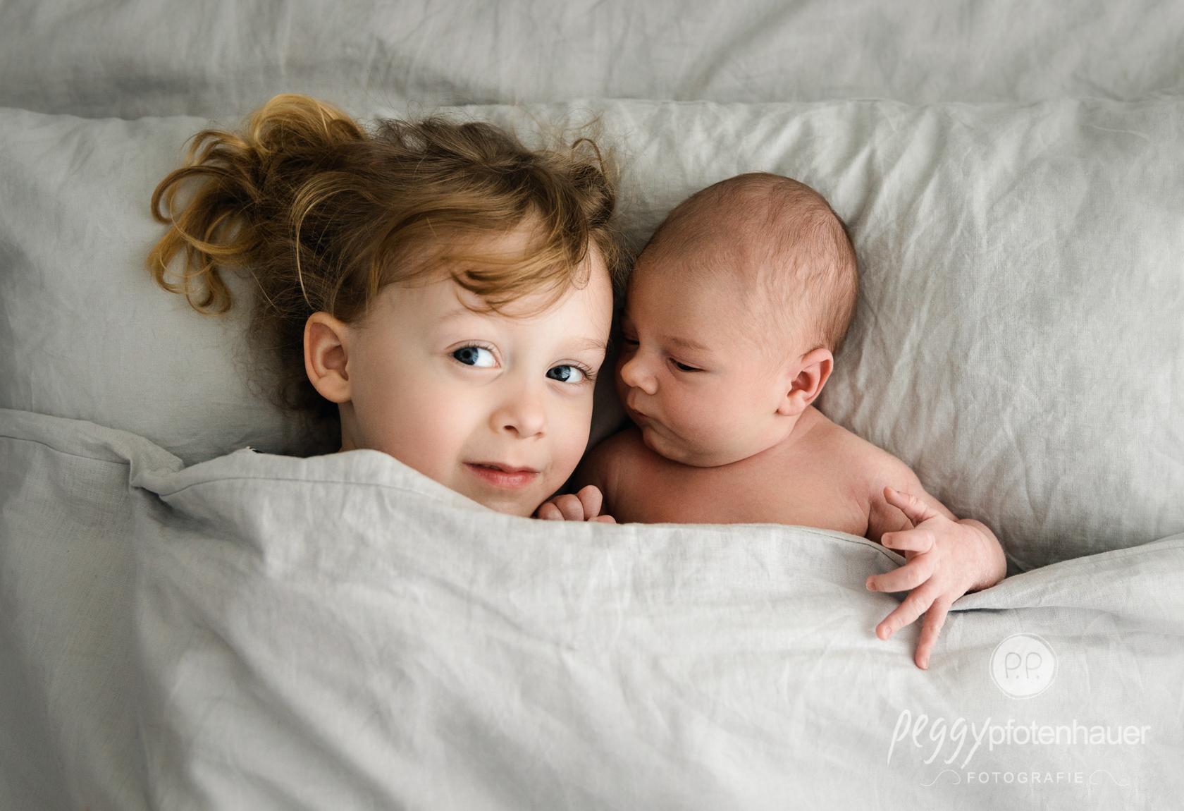 ungestellte Geschwisterfotos