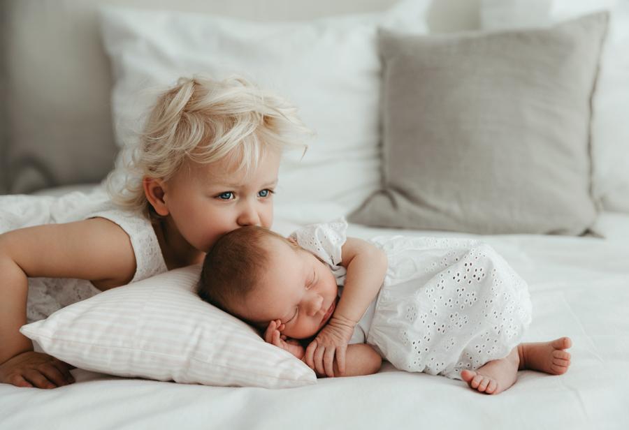 Newborn mit Geschwisterfotos