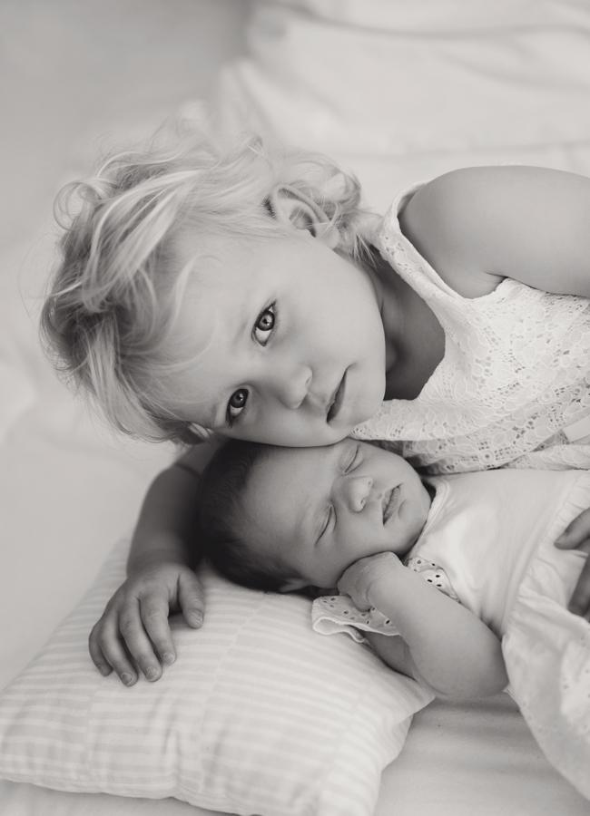 Geschwisterfotos mit Neugeborenem