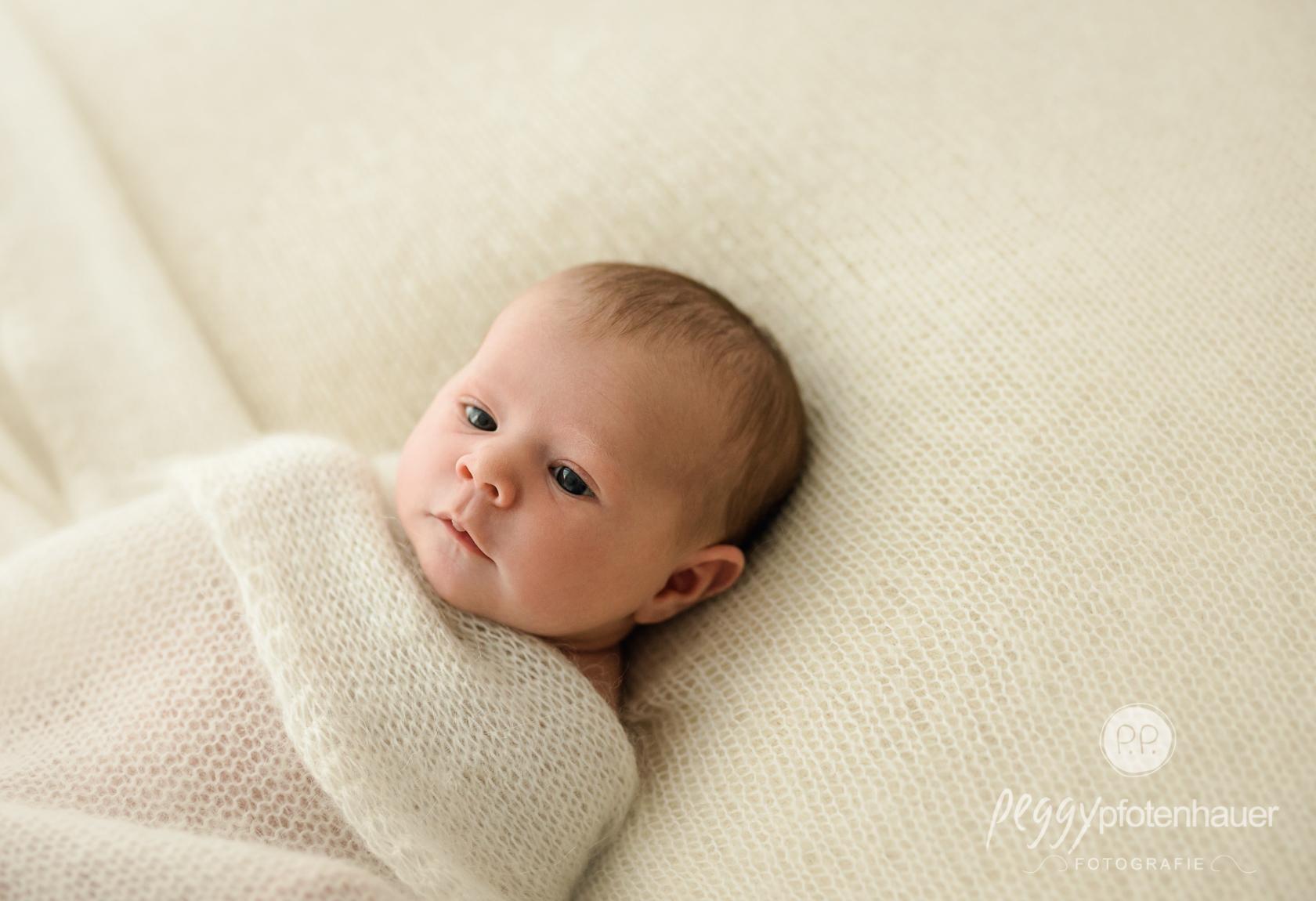 natürliche Babybilder im Fotostudio